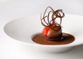 Manjari chocolate ganache, moelleux biscuit, ruby grapefruit, chocolate spaghetti